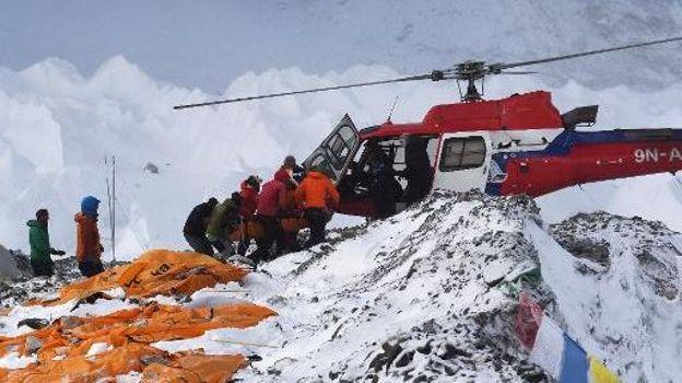 Une personne blessée suite à une avalanche provoquée par le séisme est évacuée du camp de base de l'Everest le 25 avril 2015