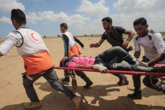 des affrontements ont éclaté dans la bande de Gaza aux abords de la frontière israélienne entre manifestants palestiniens et soldats israéliens.