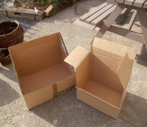 Les deux boîtes en carton qui servent de base au four solaire