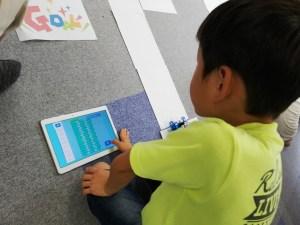 ロボットカープログラミングをする子ども