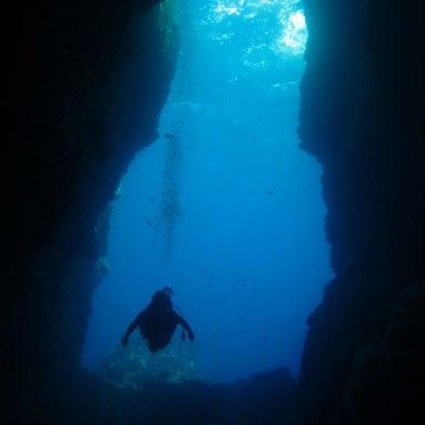 plongeur dans la faille du rocher- DSC club de plongée - club de plongée du diamant