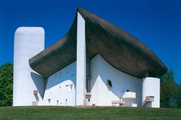 17 Notre-Dame-du-Haut_Ronchamp-France_Le-Corbusier_UNESCO_Paul-Koslowsky_dezeen_936_0-1