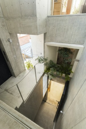 Look_down_from_dining_room.__you_can_see_a_door_with_a_height_of_5_m_in_the_1F_gallery(c)Vincent_HECHT