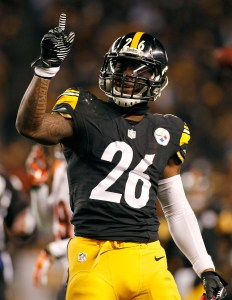 PITTSBURGH, PA - DECEMBER 28:  Le'Veon Bell #26 of the Pittsburgh Steelers celebrates after picking up a first down during the second quarter against the Cincinnati Bengals at Heinz Field on December 28, 2014 in Pittsburgh, Pennsylvania.  (Photo by Justin K. Aller/Getty Images)