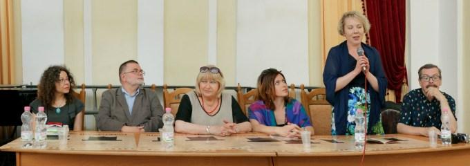 Зліва направо: Катажина Кучинська-Кошани, Єжи Кандзьора, Ельжбєта Фіцовська, Анна Фіцовська, Віра Меньок, Ґжеґож Юзефчук