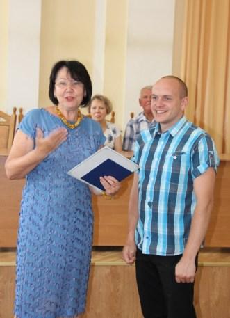 Ректор професор Надія Скотна вручає диплом