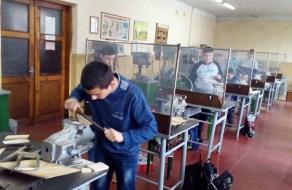 Кипить робота у майстерні ручної обробки металів