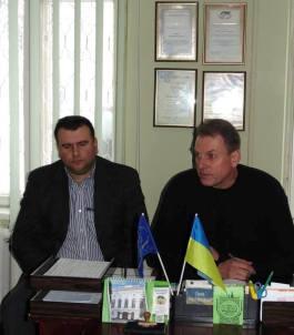 На фото (зліва направо) проректор з науково-педагогічної роботи Юрій Вовк, голова профкому студентів університету Ігор Гівчак