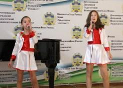 Музично-танцювальні номери дарують глядачам учні ЗОШ № 4 м. Дрогобича