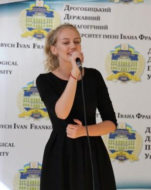 Святкову аудиторію вітає студентка Лілія Будзинська