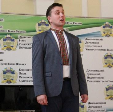 Музичний дарунок виконує Володимир Осташ