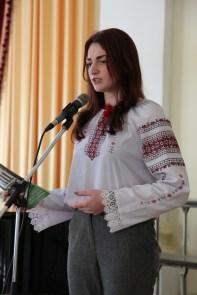 Декламує поезію студентка філологічного факультету Катерина Комарницька