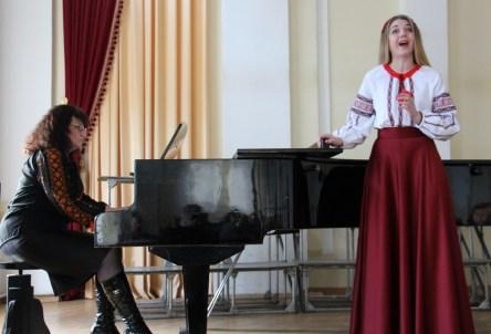 Музичний твір «Чого мені тяжко» виконує Мар'яна Кравчук, концертмейстер – Олександра Німилович