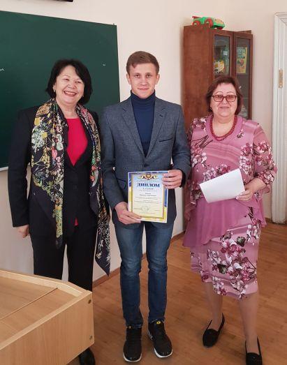 Отримують дипломом ІІ ступеня студент Д. Іванов та подяку науковий керівник проф. Л. Рибалко