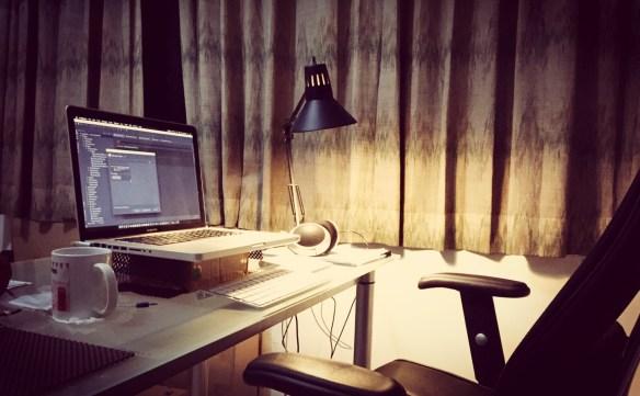 Workspace Yogista , yang special adalah kardus buat ganjel Mac nya ..., kadang batasan antara kreative, jenius, pelit dan miskin emang kabur ...