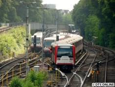 Der schadhafte Zug ist in der Kehrgleisanlage angekommen. Der DT4 daneben war der betriebsbereite 129, welcher als zweiter Zug dann nach Barmbek fuhr (von dort auf den Betriebshof)