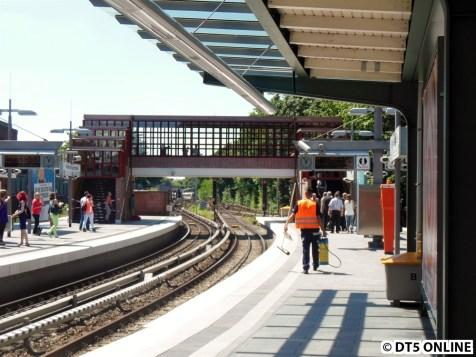Die Brücke in der Totale - rechts unten ein paar Offizielle mit ihrer Eröffnungsveranstaltung.