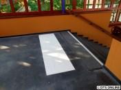 Vor den Treppen wurden sogar Blindenleitstreifen aufgeklebt/-gemalt/...
