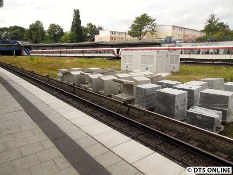 Bahnsteig Ri. Billstedt: Hier liegen bereits einige Bahnsteigkanten und zwei Baucontainer wurden aufgebaut
