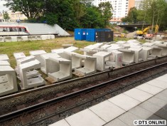 Weitere Bahnsteigkanten und Container