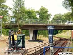 Noch einmal die Legienbrücke. An den Gleisen sind sogar Holzabsperrungen - so weit ist der lichte Raum um die Züge