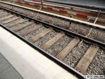 Auf dem anderen Bahnsteig angekommen sieht man bereits die Absperrung des lichten Raums und dass die Kupferrohre von den Gleisen entfernt wurden.