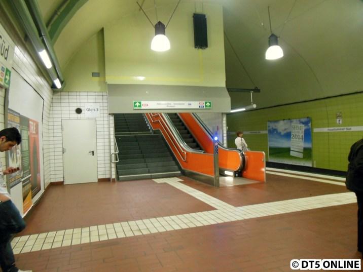 Am anderen Aufgang dieses Bahnsteigs sind bereits neue Rauchschürzen angebracht worden. Die großen Lampen an der Decke hängen dort bereit einige Zeit, sie wurden bei der seit 2012 laufenden Modernisierung der Haltestelle aufgehängt.
