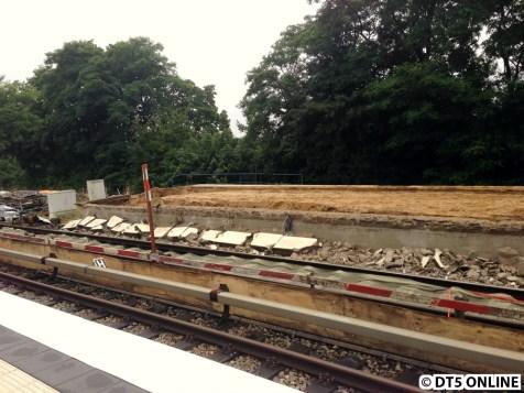 Die Bahnsteigkante wurde schon abgebrochen, der Bahnsteig an sich steht aber noch.