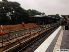 Etwas weiter nördlich wurde auch um den Bahnsteigrest ein Graben gebaut.