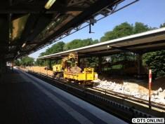 Zwei Bagger laden die Reste der Bahnsteigmauer ein