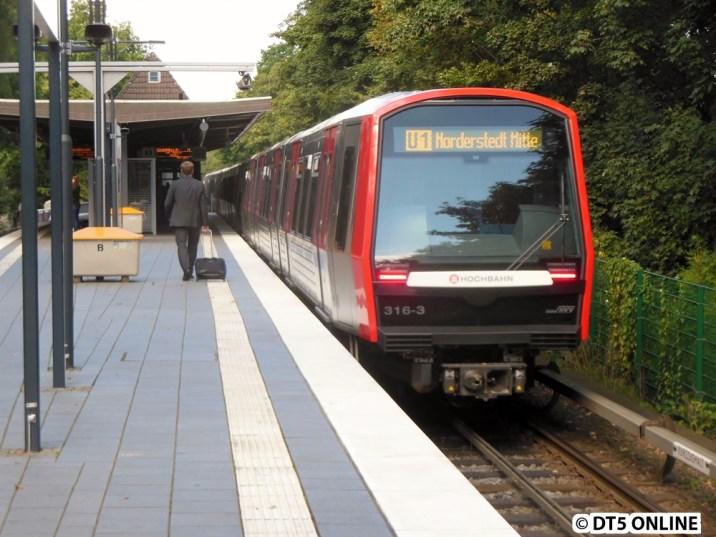 Einige Zeit später verlässt der Zug dann Langenhorn Nord. Und ich den Zug ;) Eine lange Fototour geht zuende. Später wird der Zug in Farmsen wieder gegen einen DT4 ausgetauscht bzw. wird bei der Taktausdünnung wieder ausgesetzt.