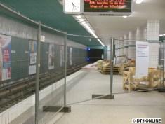 Hinter dem Kiosk ist der Bahnsteig abgesperrt.