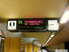 Anderes Gleis: Ein DT4-Langzug fährt gleich zum Stephansplatz. Es sind zwei DT4.26, welche nicht gut abzulichten waren.