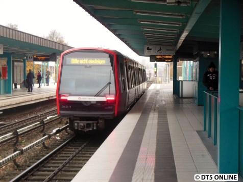Dieser Zug ist also der nächste FAHRGASTzug in Richtung Bitte nicht einsteigen. Aha. Er fuhr weiter Richtung Farmsen. Der DT4 durfte danach auch ausfahren.