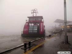 Kurze Zeit später kommt die HADAG-Fähre Elbmeile herangeschippert und nimmt gleich Fahrgäste nach Finkenwerder mit.