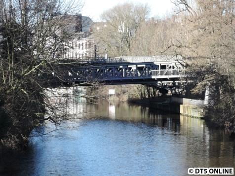 Die U1-Brücke über den Isebekkanal, dahinter die der U3. Bild von der Isebrücke, welche auf Hamburgs Brücken bereits vorgestellt wurde (http://www.hamburgsbruecken.de/isebrucke/)