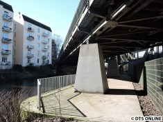 Das Brückenfundament im Kanal kann man betreten. Das Gitter dürfte aber eher weniger zum Abhalten von Leuten gedacht sein, die dahinter (z.B. zur anderen Brücke) wollen. Höchstens ein Fallschutz.