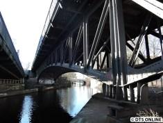 Direkt am Isebekkanal kann man dann auf und unter die Brücke sehen - die Pfeiler sind auf dieser Seite eingezäunt.