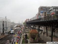 Ortswechsel: Am Baumwall angekommen werden es weniger Läufer. Oben auf dem Viadukt ein DT5.