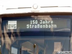 Zum Einsatz kommen neuerdings wie bei den VHH-Bussen weißen Matrizen, welche doch recht fotografenunfeundlich sind. Dennoch ging es nach mehreren Versuchen, mal den Anlass der Veranstaltung festzuhalten.