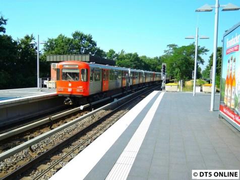 Ein DT3-LZB erreicht Wandsbek-Gartenstadt als U1 nach Farmsen.