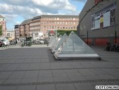 Auf dem Bahnhof Forum. Diese Glaskonstuktionen erleuchten die tief liegende Haltestelle