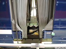 Eine Halle weiter werden die Neufahrzeuge dann auf die Drehgestelle gesetzt und die Wagenübergänge abgeschlossen. Hier ein Einblick in den Gelenkbereich.