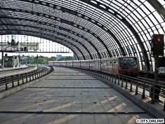 Ausfahrt Hauptbahnhof. Die Stadtbahn (Regionalbahn, keine Straßenbahn), ist noch ein paar Tage gesperrt, daher die Absperrungen und die gähnende Leere links.