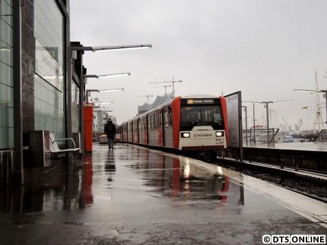 Hamburg und sein Schietwetter… Am 2. März fährt dieser DT3 (864) in die Haltestelle Landungsbrücken ein und spiegelt sich dabei auf dem nassen Bahnsteigbelag…