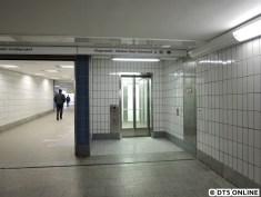 Der Aufzug ist zum Unmut der Langenhorner kein sogenannter Durchlader (rein und ohne Richtungswechsel raus), hier muss über Eck ausgestiegen werden.