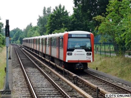 Aufgrund von Bauarbeiten zum barrierefreien Ausbau der Haltestellen Stephansplatz, Hallerstraße und Klosterstern wurde die U1 über die Sommerferien zwischen Jungfernstieg und Kellinghusenstraße gesperrt. Zusätzlich wurde in Ochsenzoll jeweils eine Hälfte des Bahnsteigs teilerhöht. Da die Strecke Ochsenzoll - Norderstedt Mitte für den Gleiswechselbetrieb geeignet ist, konnte hier auf eine Sperrung verzichtet werden. In der U1-Insel fuhren stets DT4, bis auf für ein Tage, wo dieser DT3 auf dem Gegengleis gleich die Haltestelle Richtweg erreichen wird.