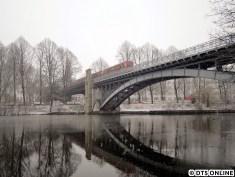 Winterliche Stimmung an einem beliebten Fotomotiv der U3: Ein Sechswagenzug mit DT3-LZB 921 an der Spitze erreicht nach der Ausfahrt aus der Haltestelle Uhlandstraße die Brücke über den Kuhmühlenteich. Egal ob Frühling, Sommer, Herbst oder Winter: Diese Brücke eignet sich zu jeder Jahreszeit für Fotos…