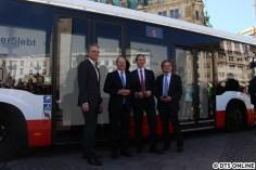 Der Startschuss ist gefallen: Fototermin vor dem mit Bildschirmen ausgestatteten Gelenkbus - v.l.n.r. der Staatsrat Andreas Rieckhoff, Bürgermeister Scholz, HOCHBAHN-Chef Falk und der Vertreter von Wilhelm.Tel