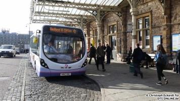 """Weiter geht es an Bristoler Hauptbahnhof """"Temple Meads"""". Ein Wright StreetLite beginnt in Kürze die Fahrt auf der Ringlinie 9 über Redland und Clifton zurück nach Temple Meads. Die andere Richtung der Ringlinie wird von der Linie 8 bedient."""